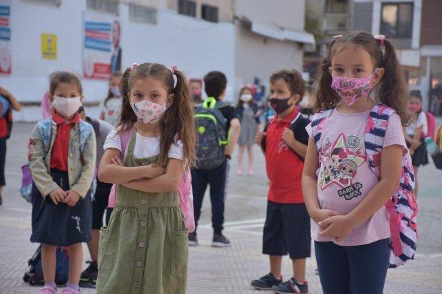 Okulların açıldığı ilk gün öğrencilere üzüm sözü olan başkan sözünü tutarak, öğrencilere üzümleri ikram etti.