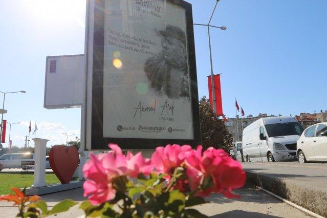 Akhisar Belediyesi, kültür ve sanat etkinlikleri çerçevesinde ülkemizin değerli şairlerini ve şiirlerini billboardlara ekleyerek sokakları şiirlerle süsledi.