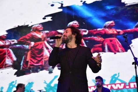 Manisa'nın 479 yıllık köklü geleneği, Uluslararası Manisa Mesir Macunu Festivali etkinlikleri kapsamında Türk Pop Müziği'nin sevilen sesi ve besteci Fettah Can, Manisalı hayranlarıyla buluştu.