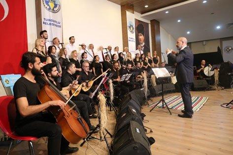 Turgutlu Belediyesi Türk Halk Müziği Korosu, Doç. Dr. Gökhan Ekim şefliğinde gerçekleştirdiği konserle Turgutlu'lulara muhteşem bir türkü ziyafeti çekti