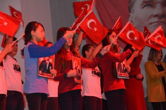 HABERİN TÜM FOTOĞRAFLARINI GÖRMEK İÇİN FOTO ÜSTLERİNE TIKLAYINIZ... 24 Kasım Öğretmenler günü Demirci ilçesinde çeşitli etkinliklerle kutlandı. Cumartesi günü sabah saatlerinde İlçe Milli Eğitim Müdürü Yüksel Kocabaş tarafından Atatürk'ün Anıtı'na çelenklerin sunulmasıyla başlayan törenler pazartesi günü de Ticaret Kültür Merkezinde devam etti. Demirci İbrahim Ethem Akıncı Mesleki ve Teknik Anadolu Lisesi tarafından Ticaret ve Kültür Merkezinde düzenlenen 24 Kasım Öğretmenler günü programına Demirci Kaymakamı Mutlu Akyol, Belediye Başkanı Selami Selçuk, daire amirleri, öğretmenler ve öğrenciler katıldı. Programda günün anlam ve önemini belirten konuşmanın yapılmasının ardından şiirler ve ilçede düzenlenen yarışmalarda derece alan öğrencilere ödüllerinin verilmesi, emekli olan öğretmenlere hizmet şeref belgelerinin takdim edilmesi ve protokol ve öğretmenlere çiçek takdiminin ardından program sona erdi.