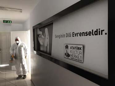 Turgutlu Belediyesi korona virüs salgını ile mücadele kapsamında faaliyetlerine ara veren ve normalleşme süreciyle yeniden hizmete açılan alanların dezenfekte işlemlerini gerçekleştiriyor.