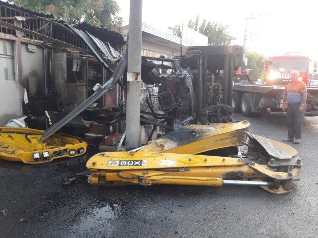 20/08/2020 günü saat 05:14 sıralarında Şehzadeler ilçesi Yeniköy Mahallesi içerisinde aynı yönde seyir halinde giden Özel Kargo Firmasına ait Kamyon ile Şehzadeler Belediyesine ait İş Makinesine (Kepçe)  arkadan çarpması sonucu Trafik kazası meydana geldi.