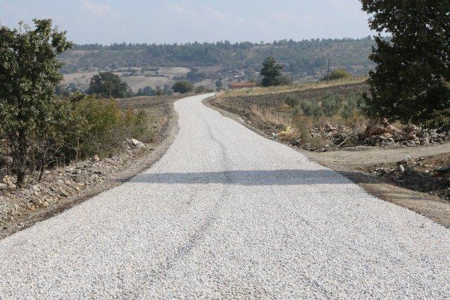 Manisa Büyükşehir Belediyesi Muhtarlıklar Daire Başkanı Ergün Aksoy, Köprübaşı'na ziyarette bulunarak yollarında asfalt çalışmaları gerçekleştirilen mahalle muhtarları ile bir araya geldi. Aksoy, asfalt çalışmalarını mahalle muhtarlarıyla birlikte incelerken, çalışmalardan memnuniyetlerini ifade eden muhtarlar, Manisa Büyükşehir Belediye Başkanı Cengiz Ergün'e çalışmalar nedeniyle teşekkürlerini iletti.   İl genelinde asfalt çalışmalarını aralıksız sürdüren Manisa Büyükşehir Belediyesi,Köprübaşı ilçesinde de Karadüz-Karaelmacık-Selimler-Şelekler, Çataloluk-Çavullar-Dikilitaş, Rağıllar-Gülpınar güzergahları ile Borlu mahallesi okul yolunda sathi kaplama uygulaması gerçekleştirdi. Manisa Büyükşehir Belediyesi Muhtarlıklar Daire Başkanı Ergün Aksoy da ilçeye ziyarette bulunarak yollarında asfalt çalışmaları yapılan mahalle muhtarları ile bir araya geldi. Daire Başkanı Ergün Aksoy'a incelemeleri ve ziyaretleri esnasında Köprübaşı Muhtarlık İşleri Sorumlusu Enver Çetin eşlik ederken, Akçaalan Mahalle Muhtarı Musa Uysal, Gülpınar Mahalle Muhtarı Mehmet Gülmez, Çavullar Mahalle Muhtarı Seçim Çelik, Karaelmacık Mahalle Muhtarı Ali Kızılarslan ve Borlu Mahalle Muhtarı Yunus Gökdemir ile bir araya geldi. Mahalle Muhtarları ile birlikte incelemelerde bulunan Daire Başkanı Aksoy, Büyükşehir Belediye Başkanı Cengiz Ergün selamlarını muhtarlara iletirken, Başkan Ergün'ün gönderdiği saati de takdim etti.