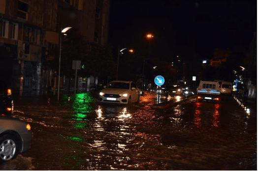 Manisa'nın Salihli ilçesinde meydana gelen sağanak yağış ve dolu ilçeyi sular altında bıraktı.