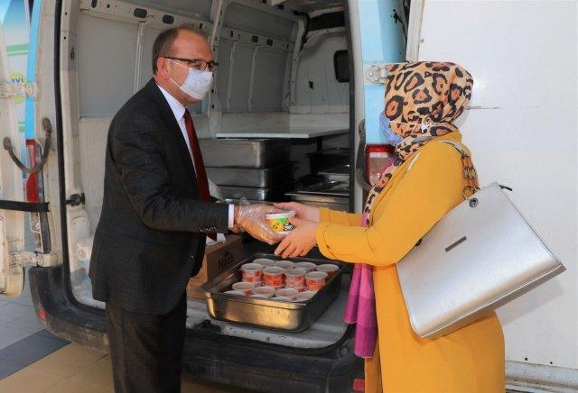 Turgutlu Belediyesi Aşure Hayrını gerçekleştirdi. Turgutlu Belediye Başkanı Çetin Akın da hayra katılarak aşure dağıttı.