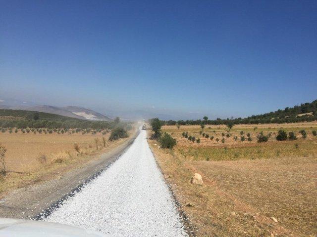 İl genelinde yol yapım çalışmalarının sürdüren Manisa Büyükşehir Belediyesi, Akhisar ilçesi Boyalılar ve Harmandalı Mahallelerini birbirine bağlayan yolda ikinci kat sathi kaplama çalışması gerçekleştiriyor.