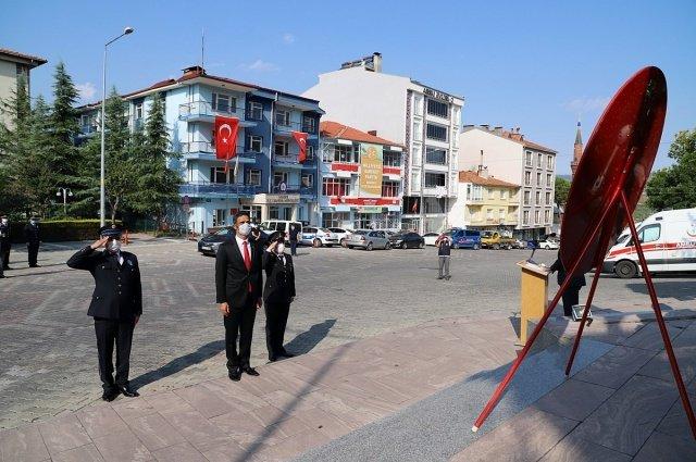 Demirci'de 19 Eylül Gaziler Günü dolayısıyla Atatürk Anıtında tören düzenlendi. Maskeli ve sosyal mesafe kuralları içerisinde gerçekleştirilen törende Kaymakamlık Makamı, Belediye Başkanlığı ve Muharip Gaziler derneği tarafından Atatürk anıtına çelenk sunumu yapıldı.