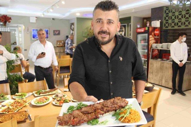 İki Yüzlü Kebabı'yla İzmirlilerin ilgi odağı haline gelen Kebapçı Mustafa'da birbirinden lezzetli kebaplar, ciğerler, köfteler ve lahmacunlar parmak ısırtıyor. İzmir Karabağlar Eserkent'te bulunan bu lezzet durağında birbirinden lezzetli kebaplar, ciğerler, lahmacunlar, tatlılar, şalgamlar bulunuyor.