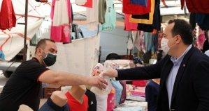 Başkan Besim Dutlulu, uzun süredir tezgah açamayan pazarcıların yanında