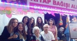 """93 Yaşındaki Akın """" Öteye Mektup"""" kitabının imza gününde okurlarıyla buluştu"""