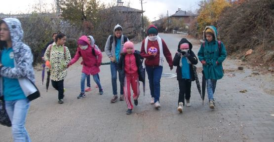 Demirci Küpeler Mahallesindeki öğrencilerin yol çilesi  manşetlere taşındı