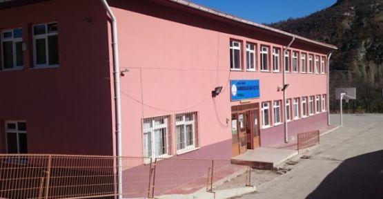 Demirci'de 21 ilköğretim öğrencisi zehirlendi