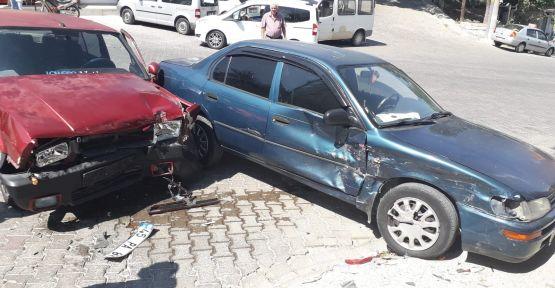Demirci'de yine kaza! İki otomobil yine birbirine girdi