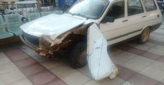 Freni boşalan otomobil  camiye girdi 1 kişi yaralandı