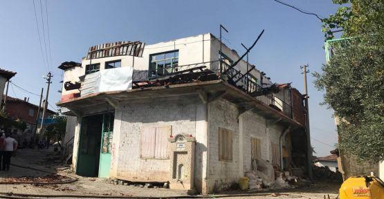 Gördes 'te çıkan yangında 4 ev kül oldu