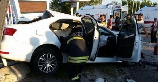 Refüjü aşıp karşı şeride geçen minibüs dehşet saçtı 1 ölü 4 yaralı