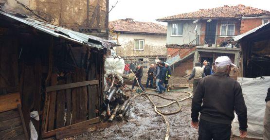 Simav'da 2 ev tamamen yanarak kül oldu