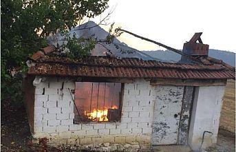Yıldırım düşen evde yangın çıktı