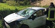 Demirci'de otomobil uçuruma yuvarlandı...