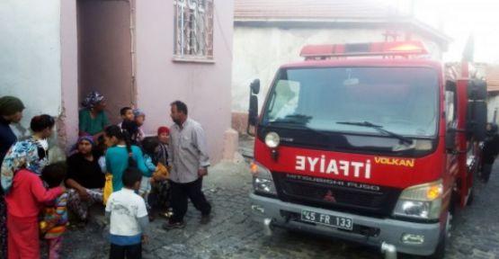 Yanan evden iki çocuk ve bir anne son anda kurtuldu