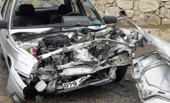 Demirci'de 2 araç birbirine girdi 3 yaralı