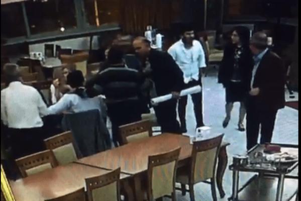 Cumhurbaşkanı Erdoğan'a Hakaretten Yargılanan Avukata CHP'liden Yumruklu Saldırı