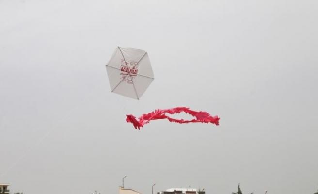 Akhisar Belediyesi'nin uçurtmaları ile çocuklar gökyüzünde buluştu