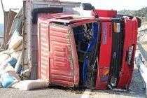 Kamyon traktörü biçti 1 ölü 1 ağır yaralı
