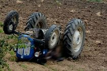 Traktör devrildi altında kaldı