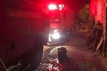 Samanlıktan çıkan yangın evi de yaktı