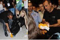 Konser verdiği alanın çöplerini kendi elleriyle topladı