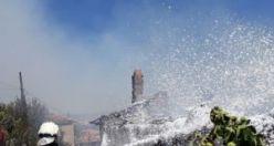 Demirci'de çıkan yangında ev kül oldu, yangında mahsur kalan yaşlı kadının ayakları yandı ağır yaralandı