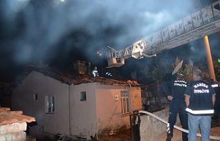 Demirci'de sahur vakti çıkan yangın korkuttu