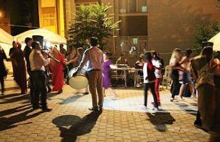 Mahalle ve sokak aralarında düğün ve eğlence...