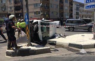 Kavşakta kaza! İki araç birbirine girdi 5 kişi...