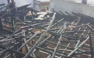 Elektrik kontağından çıkan yangında bir ev tamamen zarar gördü