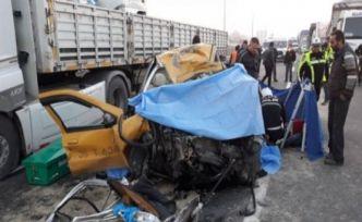 Ticari taksi tırla çarpıştı 2 ölü