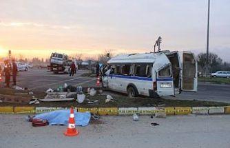 İşçi Minibüsü ve Kamyonet Kavşakta Çarpıştı 1 Ölü 2'si Ağır 24 Kişi Yaralandı