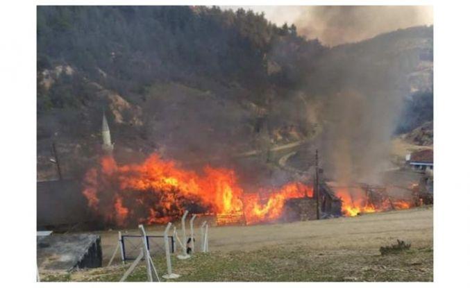 Demirci'de yangın felaketi 5 ev yanıyor