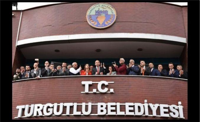 Turgutlu Belediyesindeki devir teslimde yeni başkan görevi devraldı
