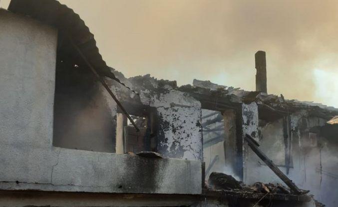Bayram öncesi mal canın yongası dedirten yangın! Demirci'de 2 ev alevlere teslim oldu !