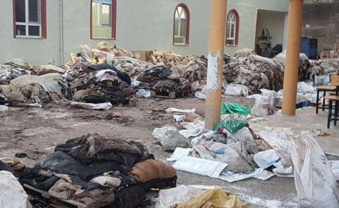 Demirci'de Rezalet! Toplanan Kurban Derileri Mikrop ve Koku Yayıyor