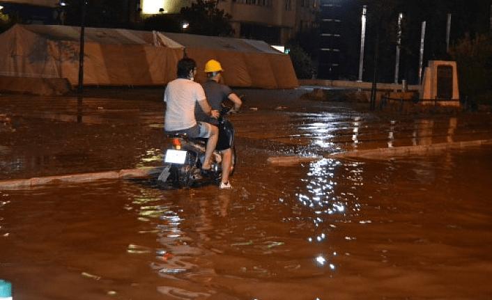 Sağanak yağış ve fırtına Salihli'de hayatı durdurdu