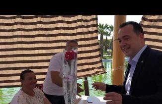 Akhisar Belediye Başkanı Besim Dutlulu'dan Anneler için karanfil