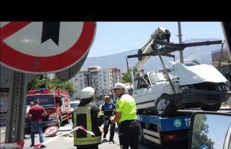 Manisa eski Devlet Hastanesi önündeki kavşakta iki araç birbirine girdi
