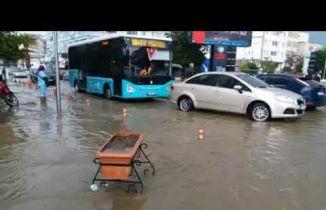Sağanak yağış Salihli'de hayatı felç etti